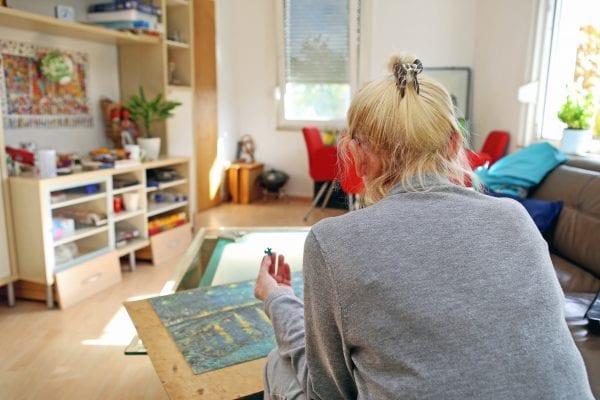 Johanna Brand hat nicht nur ihren Job, sondern auch ihren Internetzugang verloren. Jetzt puzzelt sie, um die Zeit herumzukriegen. Mindestens 1000 Teile müssen die Spiele haben, damit sie nicht sofort damit fertig ist. Die schönsten Puzzle klebt sie auf eine feste Unterlage und hängt sie in der kleinen Wohnung auf.