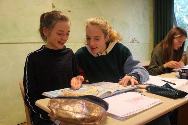 Links Schülerin Sophie (14) und rechts Nele (14) im Erdkunde-Unterricht.